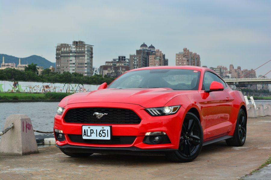 全新Mustang訂價為186.8萬元,整體外型仍承襲傳統基因,另加入銳利線條使...