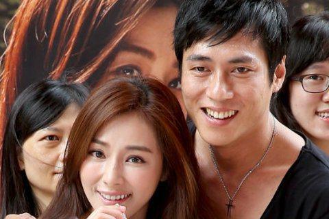 國片《愛琳娜》主角陳怡蓉(左)與莊凱勛(右)上午現身信義區發早餐,邀民眾在端午節這天早起進戲院看電影。
