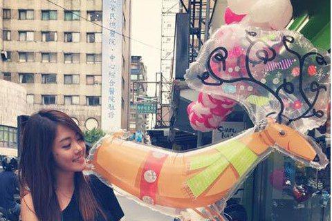 納豆的女友林千又,昨日於臉書上寫道「氣球真的會讓我心情愉快呢」,還放上納豆送給她卡哇依氣球的照片(左圖)。網友也說「那個鹿去哪裡買的阿~好可愛唷!納豆也太sweet」、「很可愛的氣球,很漂亮的你耶」...