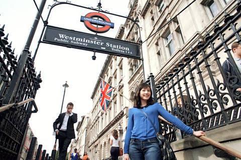 美女主播吳宇舒近日出國度假,也持續在臉書更新於倫敦的近況,前日他上傳一張站在地鐵入口處的照片,並好奇詢問「倫敦地鐵幾乎看不到小孩搭,是我的錯覺嗎?」而她把照片PO上網後,網友們的焦點卻全都被一起入鏡...