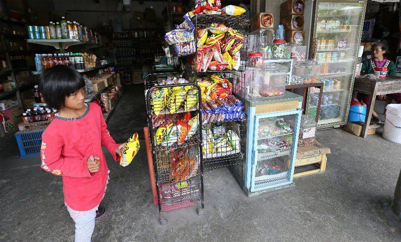 南投縣羅娜國小地處偏遠,家長普遍收入一般,孩子在物質生活上明顯比都市小孩貧弱。記...