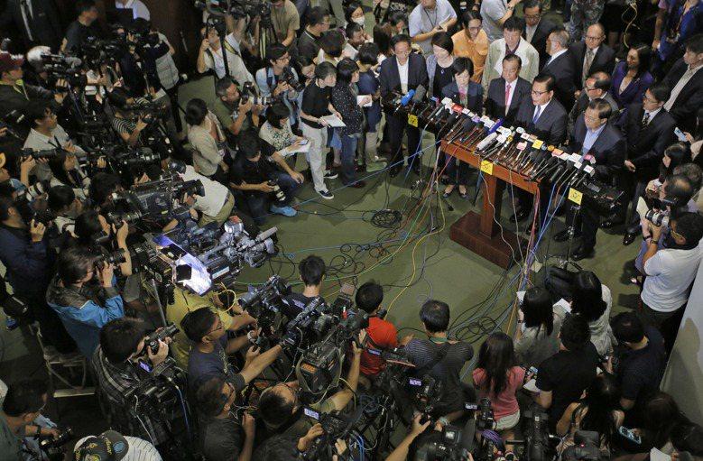 政改遭到28:8的懸殊票數否決後,建制派議員對外公開致歉。 圖/美聯社