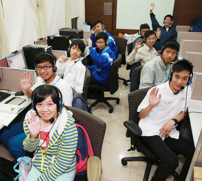 台北的高中生透過線上教學,一對一為偏鄉學生免費課輔。攝影/黃義書