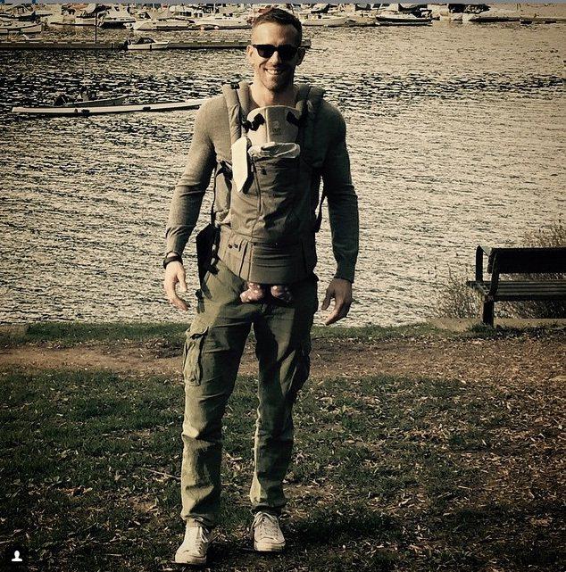 布蕾克萊佛莉PO上老公萊恩雷諾斯背著女兒站在湖邊的照片。戴著墨鏡的萊恩看起來有一...
