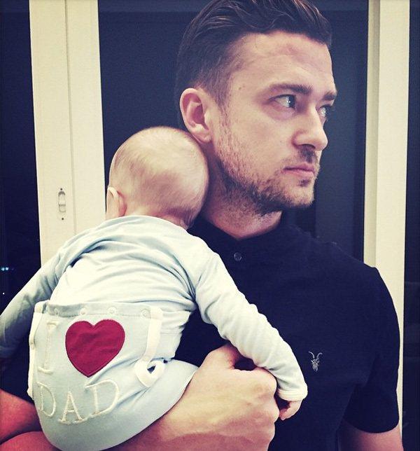 Silas穿著印有紅色愛心的小褲褲,被老爸賈斯汀單手抱著入鏡,寶寶可愛背影+老爸...