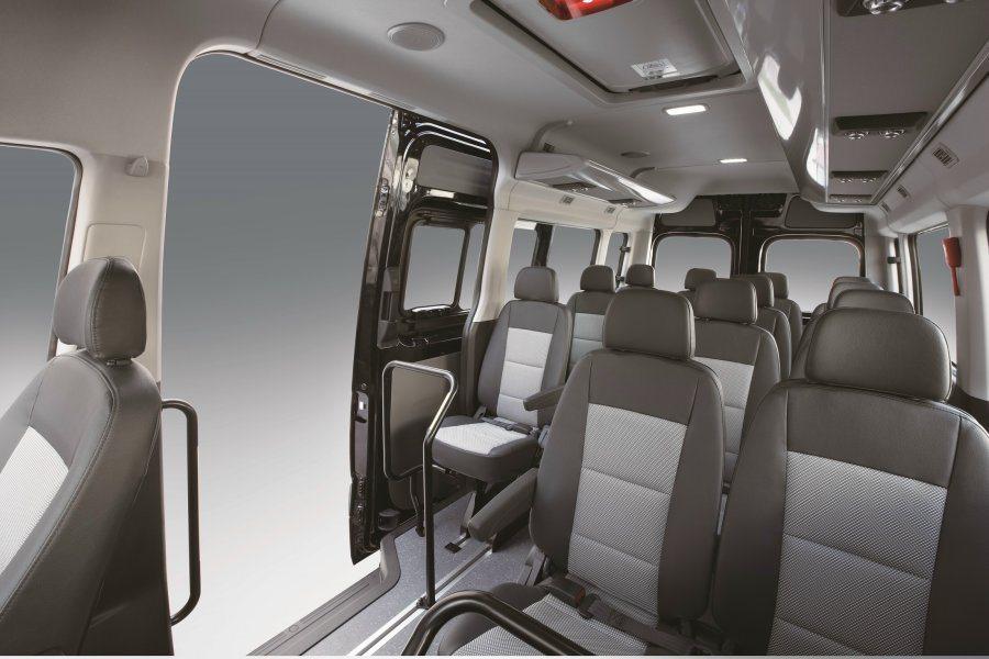 頂級商旅車型採13+1的乘客座椅設計,強調商務移動的寬敞舒適功能。 Hyunda...
