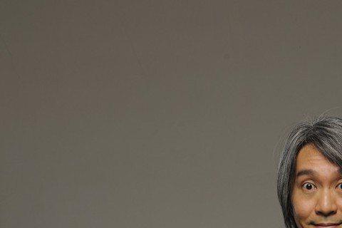 周星馳主演經典港劇「他來自江湖」正在香港深夜熱播,雖然比不上「大時代」的高收視,但15日整周最高收視達6點3,成績不錯。而22日包括張柏芝在內許多人都在微博祝福周星馳生日快樂,星爺身邊工作同仁Chr...