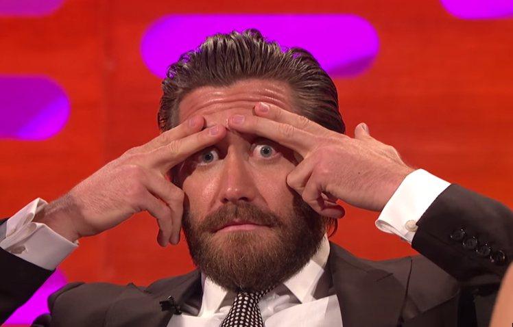 傑克葛倫霍(Jake Gyllenhaal)見兩大美女互尬,索性搞笑地遮住眉毛,...