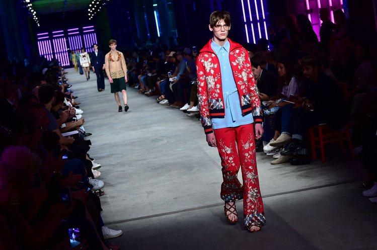 GUCCI男裝以混搭仿舊、挪用借穿的龐克破爛美學,充滿跨性別的顛覆時尚。圖/法新...