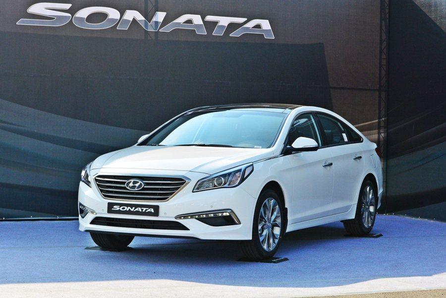 Sonata有簡約又不失華麗的全新造型,像是車頭鑽石造型的水箱護罩採四橫柵設計,...