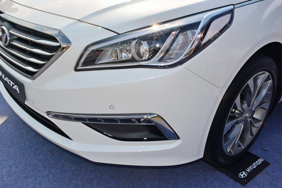 鷹眼式車頭燈上下施以LED導光條,整個車頭呈現穩重平衡中帶來些許流動的視覺效果。...