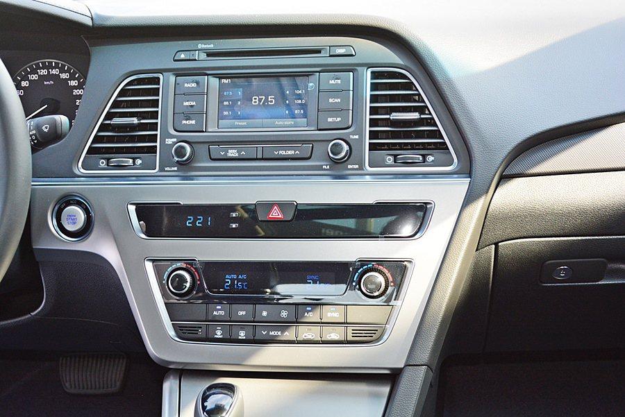 豪華配備Sonata幾乎全都已具備,像是雙區分區負離子恆溫空調,加上中控台8吋液...