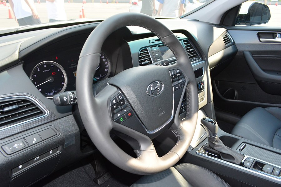 Sonata附有定速巡航控制的多功能方向盤。 記者趙惠群/攝影