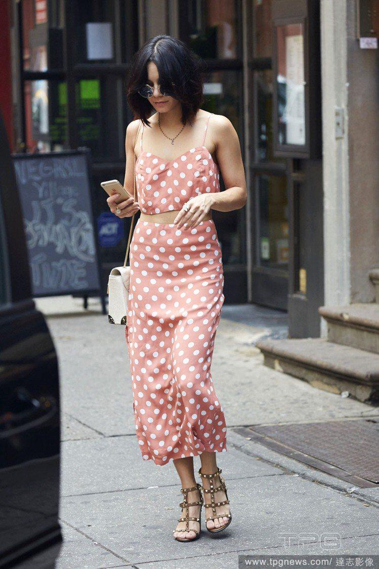 凡妮莎哈金斯的橘紅圓點套裝,細肩帶加上中空設計,看起來青春俏皮,又帶點復古味。搭...