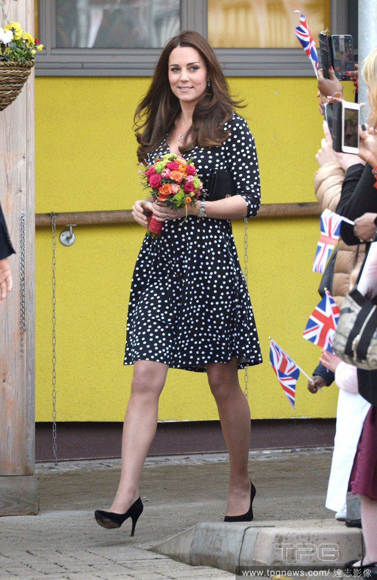 凱特王妃的黑白圓點洋裝,如滿天星的排列方式,帶來不同大小的圓點效果。V 領與五分...