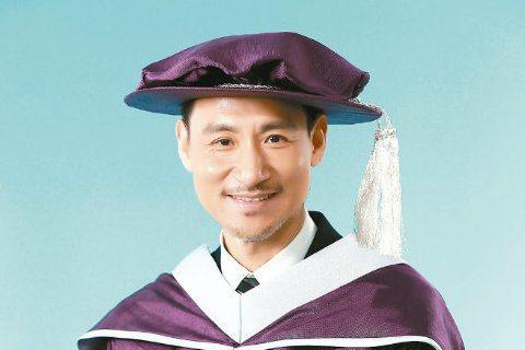 金曲歌王桂冠還在未定之天,張學友24日先獲香港演藝學院頒發榮譽院士學位。他穿上學士袍,高興地說:「我不是讀書的材料,穿這種袍的機率很低,演戲不算的話,這次是正式穿,很高興。」活動一結束,就興高采烈說...