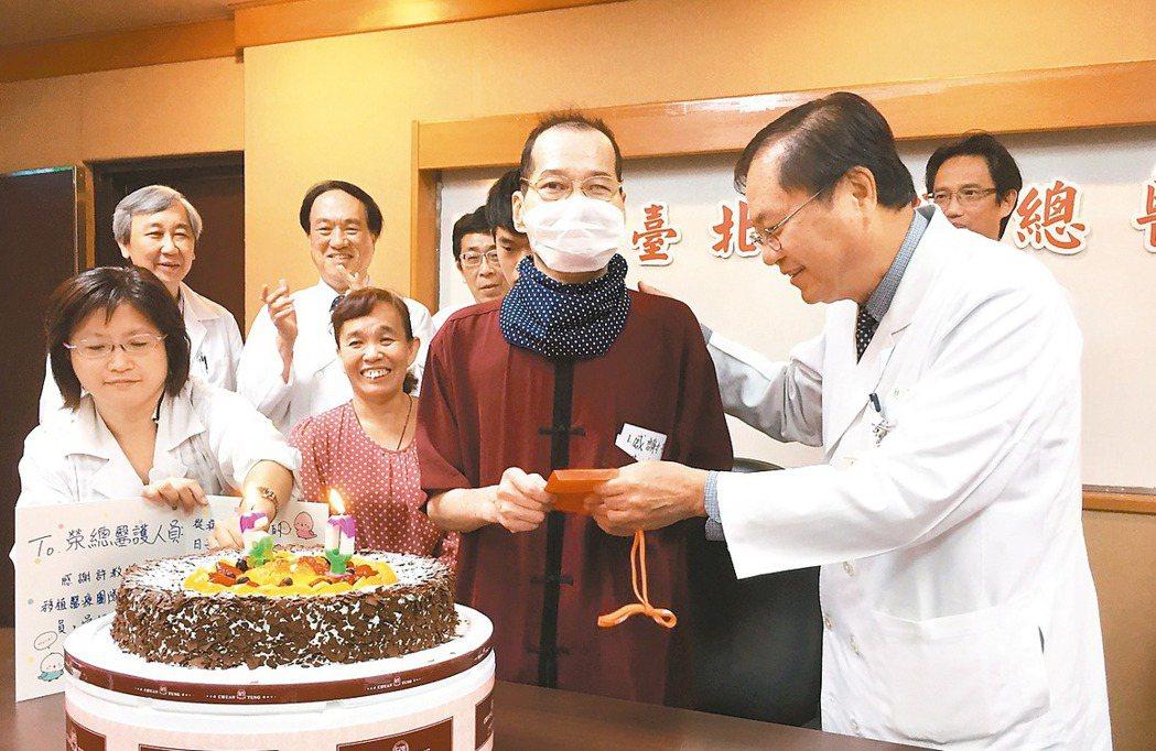 吳松(右二)接受單肺移植後重獲新生,台北榮總昨天為他切下60歲慶生蛋糕。 記者鄧...