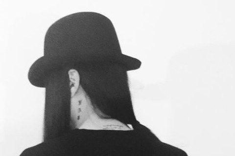 今日早晨,吳亦凡工作室微博曝光一張長髮戴帽,某人的背殺照,並寫道:「電滿,出發,加我。」,還@了吳亦凡,引起網友猜測這看似長髮飄飄的「女子」究竟是何人?隨後吳亦凡本人則發出該「女子」正面照,並寫著「...