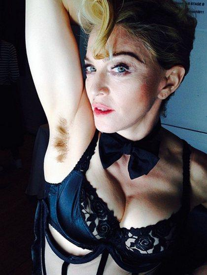 娜姐自PO露腋毛照,表示「毛好長,但我不在乎」。圖/擷自瑪丹娜Instagram