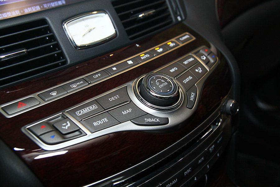 駕駛者能輕易控制所有控制按鍵與旋鈕。  記者敖啟恩/攝影