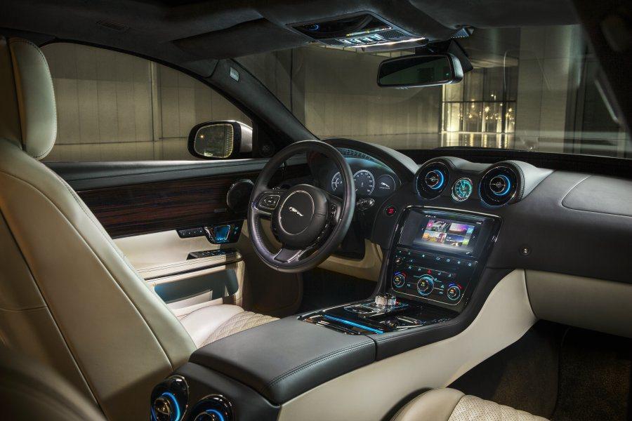 中控台維持一貫的冷冽科技感,儀錶板與改款前同採全液晶顯示。 Jaguar提供