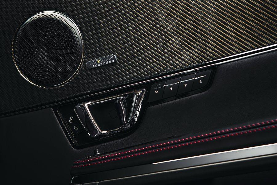 Meridian頂級環繞音響系統具26支揚聲器,提供震撼的影音效果。 Jagua...