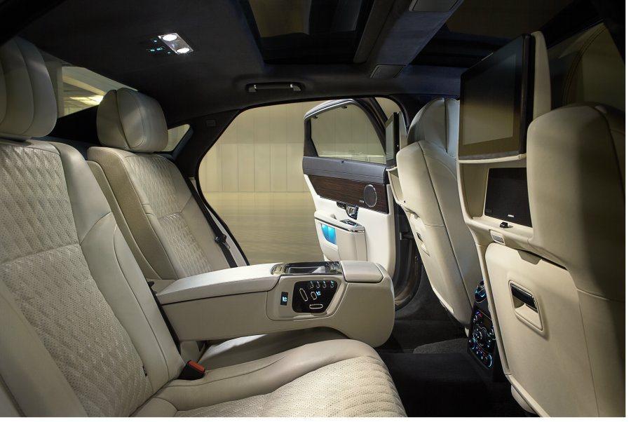 電調座椅、專屬影音系統與四區恆溫空調,讓後座買家享有舒適的座艙空間。 Jagua...