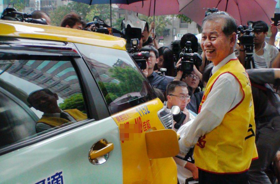 現場也有大批計程車司機特地前來體驗95+無鉛汽油的魅力,並由台塑石化董事長陳寶郎親自服務。 記者林翊民/攝影