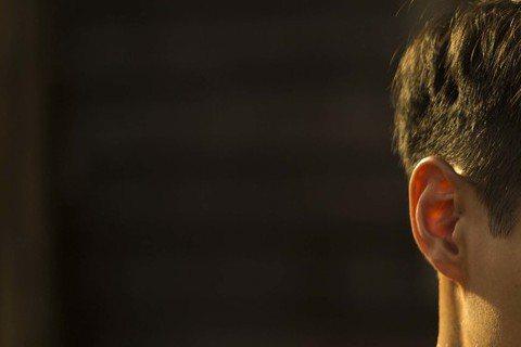 導演王童特別喜歡楊祐寧在片中要養子洗澡刷背的戲,兒子指他胸口傷疤問疼不疼時?楊祐寧嘴裡說不疼,卻憶起往事淚珠滾動。王童指楊祐寧把內心拉扯的複雜情緒詮釋得非常到位,但其實除了內心戲,楊祐寧脫衣秀胸肌和...