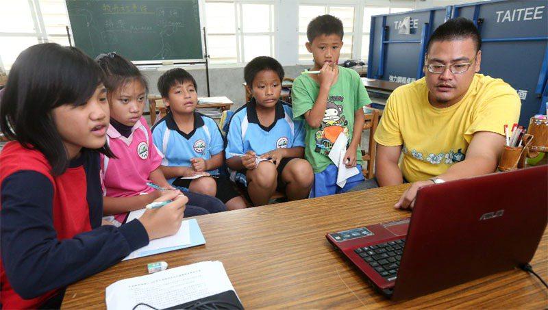對偏鄉學校來說,電腦設備和網路服務都是棘手問題。報系資料照