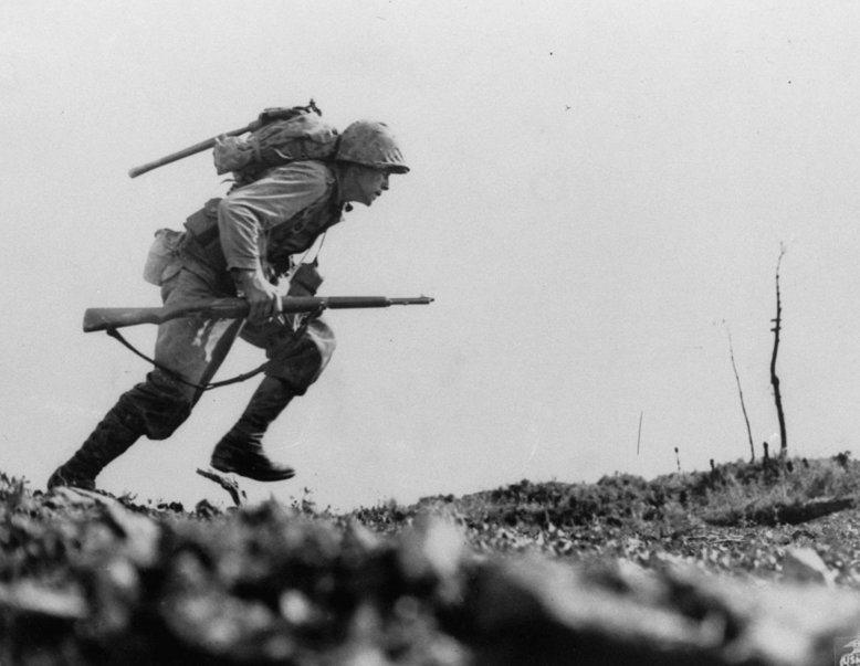當美軍用手榴彈、炸藥包和火焰發射器去追捕那些躲在洞穴的獵物時,這場戰鬥已經變成一場凶殘的屠殺。 圖/美聯社