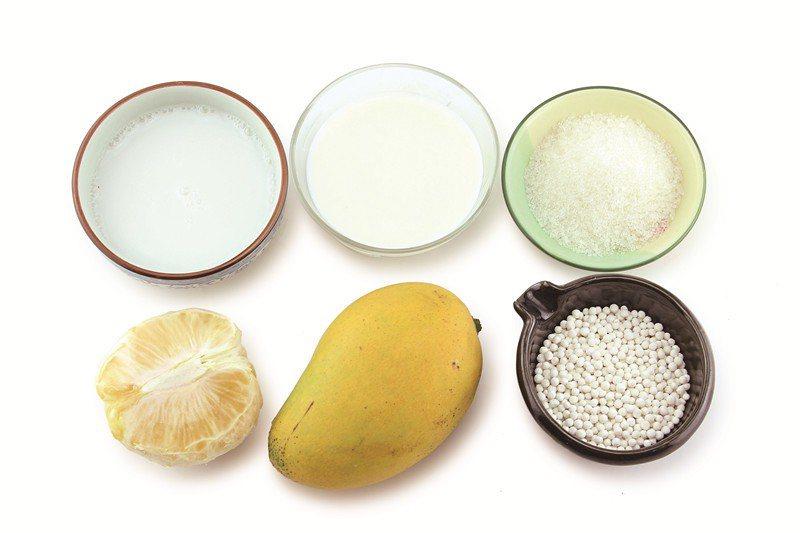 楊枝甘露所需材料有芒果、葡萄柚、椰汁、西米、砂糖和牛奶。 圖片來源/橘子出版社提...