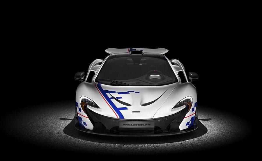 車身烤漆設計靈感源自 Alain Prost的頭盔塗裝,搭載了白色底、藍色圖形、...