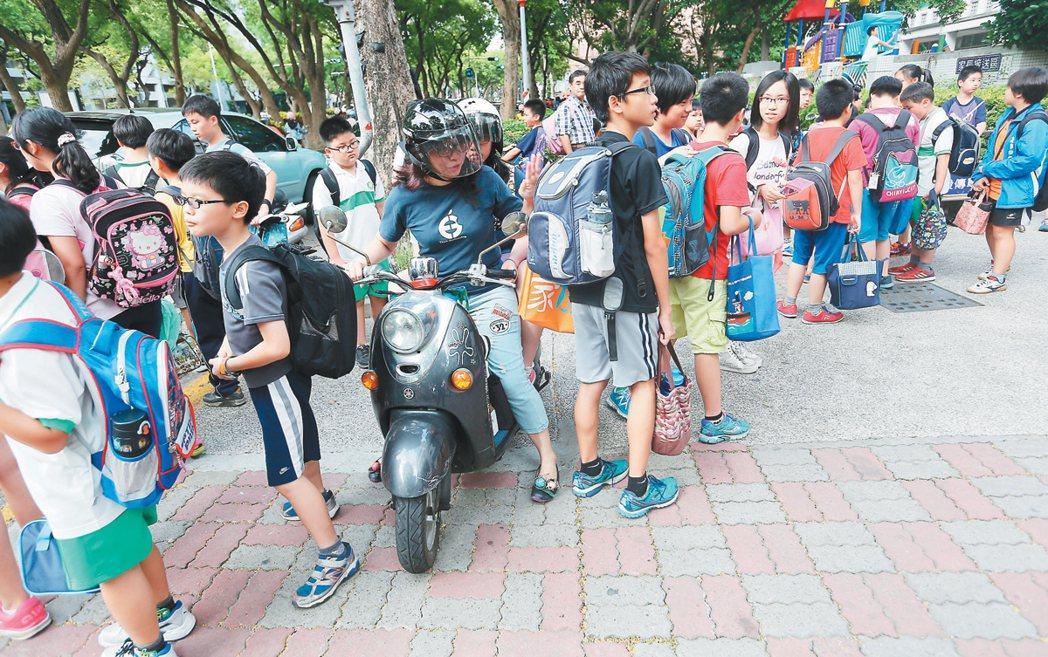 通學步道交通紊亂,家長騎上通學步道、小朋友放學走出校門,經常要閃躲機車,也影響當...