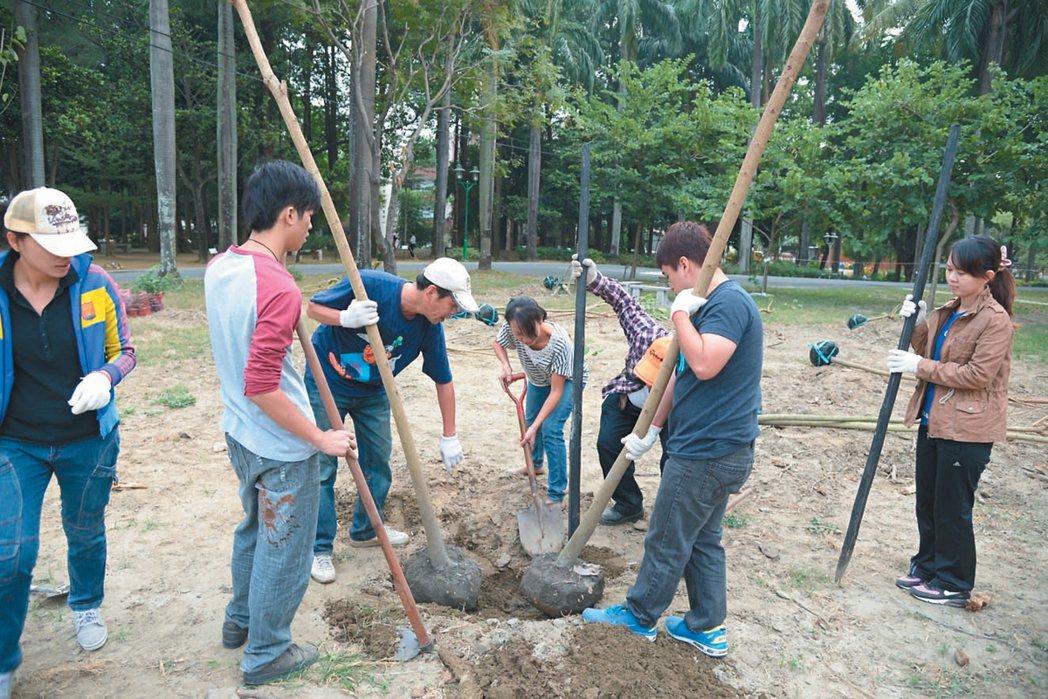 台南社大樹公民關心台南公園,除改善棲地,也倡議去水泥化。  記者鄭惠仁/攝影