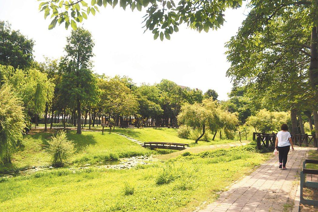 台南市東區巴克禮公園拒絕水泥化,成為全市最美麗的自然生態公園。 記者鄭惠仁/攝...