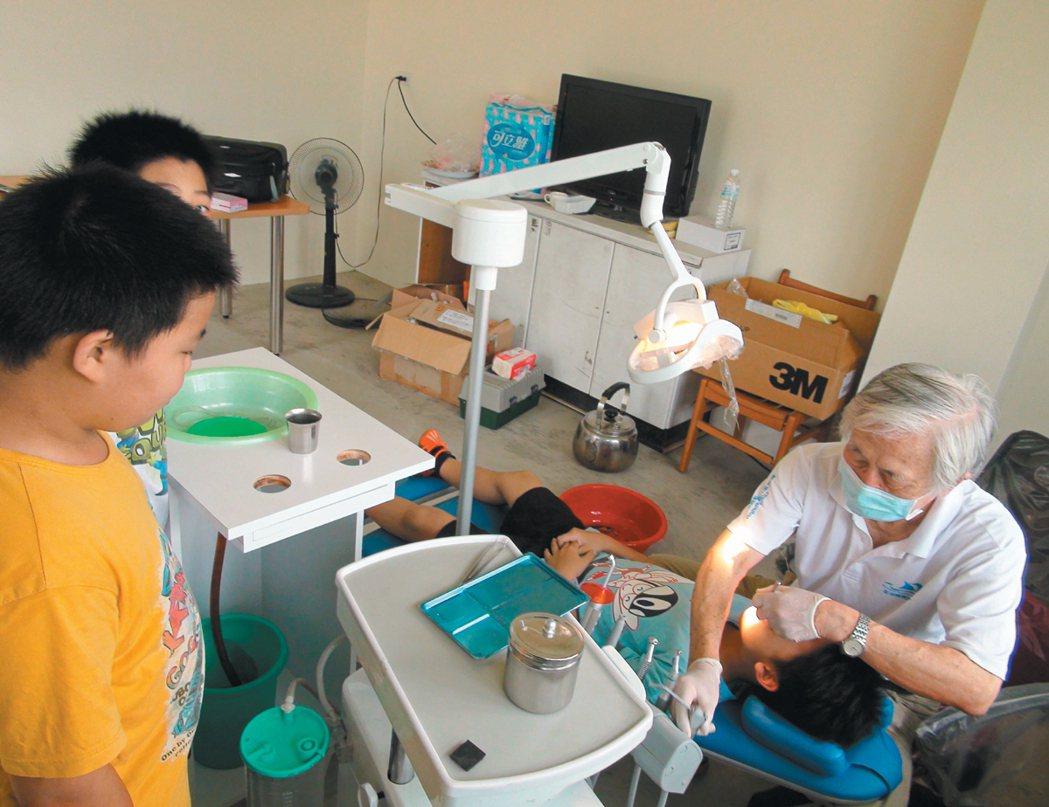 來自澎湖的王醫師(右一)深知偏鄉孩子就醫困難,每個月自費從澎湖到雲林山區為小朋友...