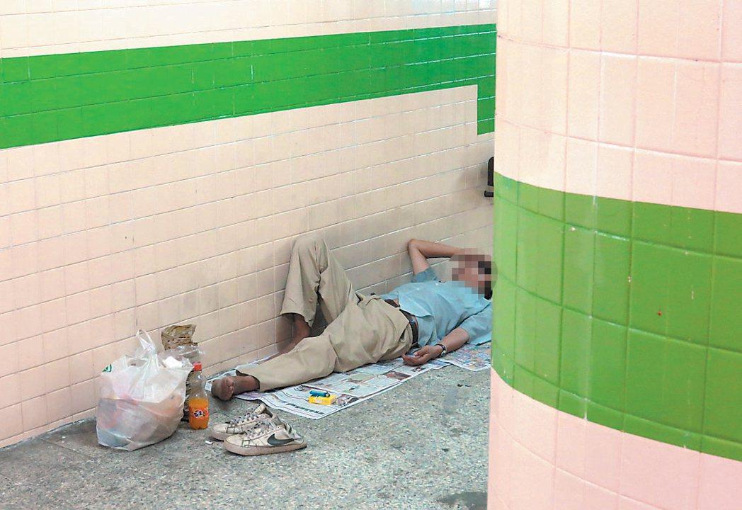 台中市北區中清、健行路口地下道老舊使用率低,夏天常見遊民躺在入口陰涼處打盹,讓想...