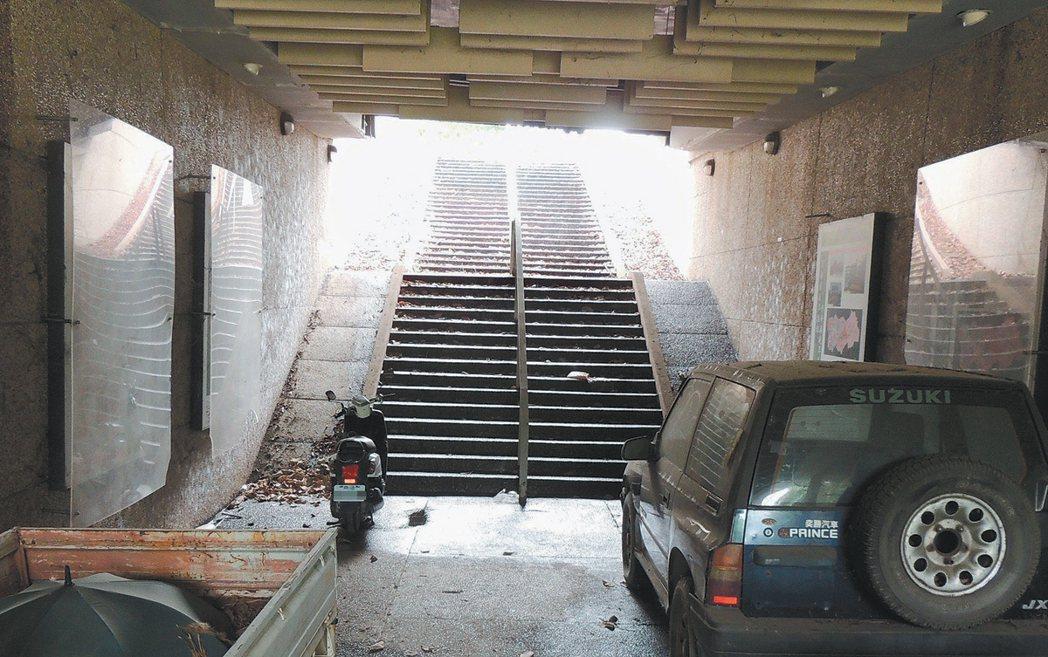 南投雙冬人行地下道設有腳踏車道及寬敞人行階梯,白天不必點燈都很亮,但因使用人少,...