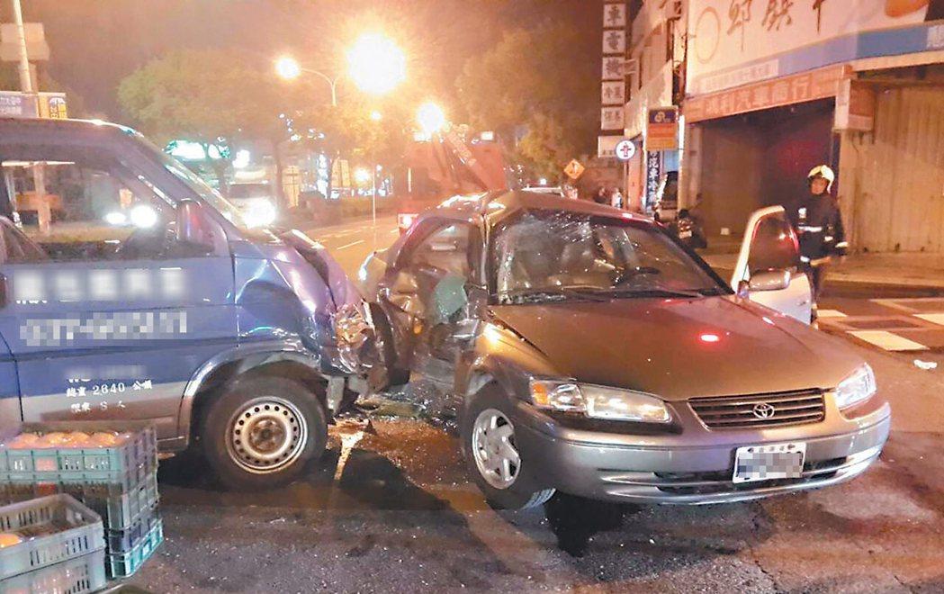 國華路及英才路口沒有左轉專用道,造成苗栗市前市長鄒玉梅的座車(右)去年9月底晚間...