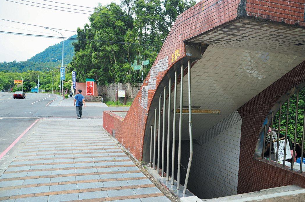 潭區大坪市地重劃人行地下道數十年前完工,但當地車流量低,民眾都不走地下道,更擔心...