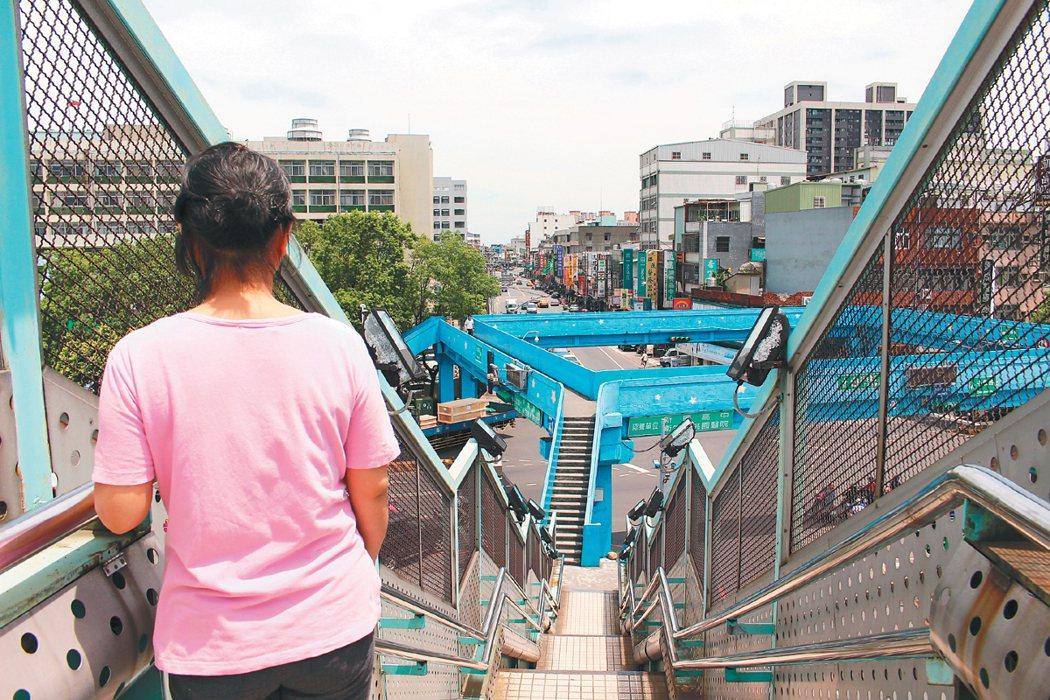 八德區永豐路口天橋橫越鐵軌,但天橋欄杆高,有礙視線,萬一有狀況,下方也無法及時看...