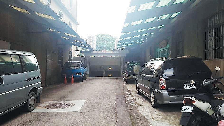 楊梅區永美路54號旁的行人地下道,在一處幽暗的巷弄中。 記者葉臻/攝影