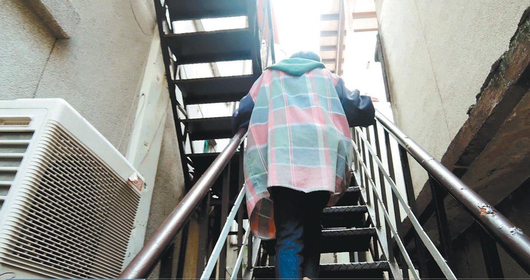 49歲的趙小姐,獨自租住在民權東路巷內的頂樓加蓋。重病的她,每天得爬上又長又陡的...