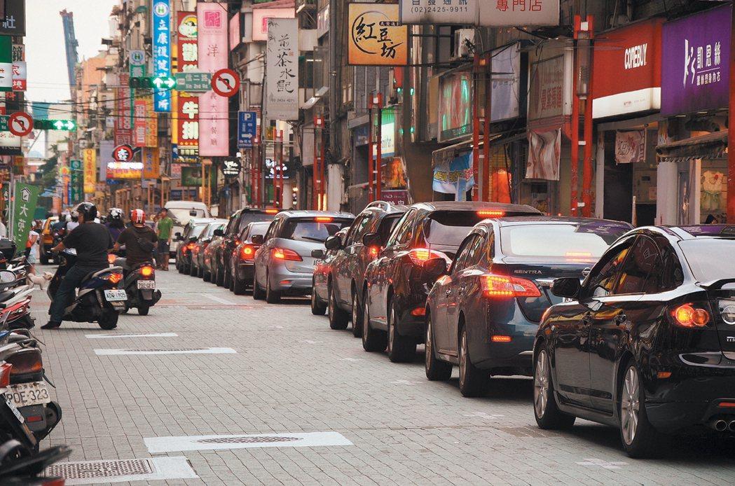 信二路立體停車場進場車輛回堵到義二路,導致車道僅剩一半,經常造成堵塞。 記者游...