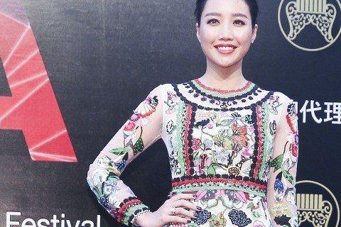 A Lin以一身花花禮服優雅現身金曲紅毯。