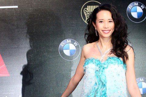 莫文蔚以一身水藍色禮服亮相金曲紅毯,感覺好清涼。