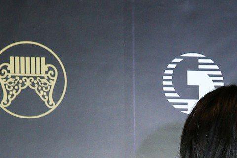 最佳台語女歌手李愛綺(左)與最佳台語男歌手蕭煌奇(右)。