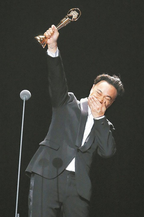 第26屆流行音樂金曲獎頒獎典禮,最佳國語男歌手獎由陳奕迅以「Rice & Shine」專輯奪下,是他繼2003年的「Special Thanks To…」抱走歌王、最佳國語專輯兩獎及2009...