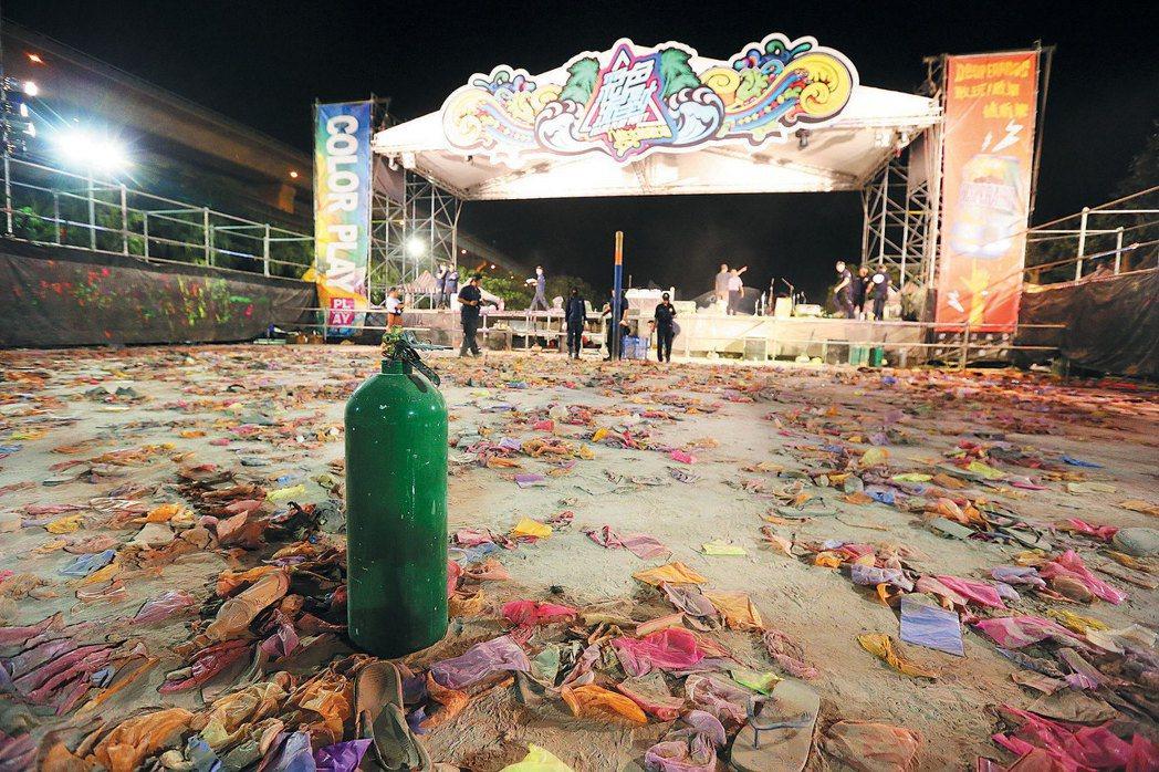 群眾搶著逃出爆炸現場,原本狂歡的主舞台搖滾區留下一地凌亂的衣物鞋子。 記者鄭清元...